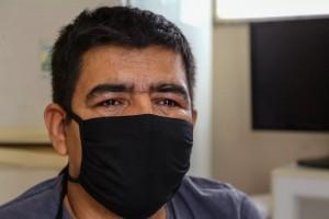 Após perder pai e irmão para covid, Santiago tenta superar as sequelas do coma